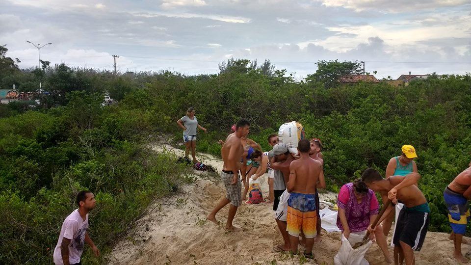 Moradores do Campeche fecham saídas irregulares de esgoto por conta própria
