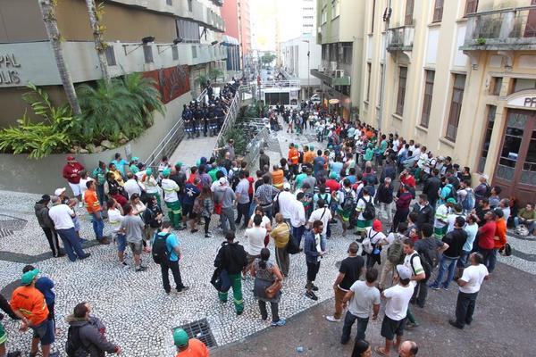 Trabalhadores da Comcap se reuniram em frente à Câmara Municipal neste terça-feira (11)