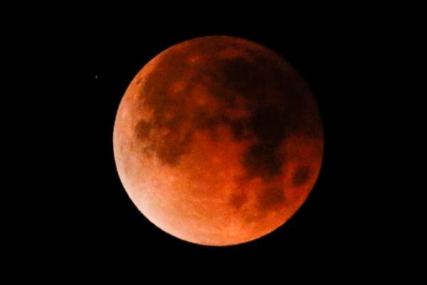 Maior eclipse lunar do século ocorre hoje.