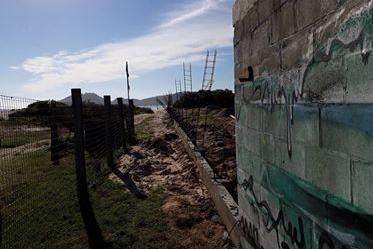 Embargada a construção do muro na beira da Praia do Campeche