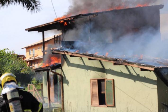 Casa incendiada na Rua Jardim dos Eucaliptos.