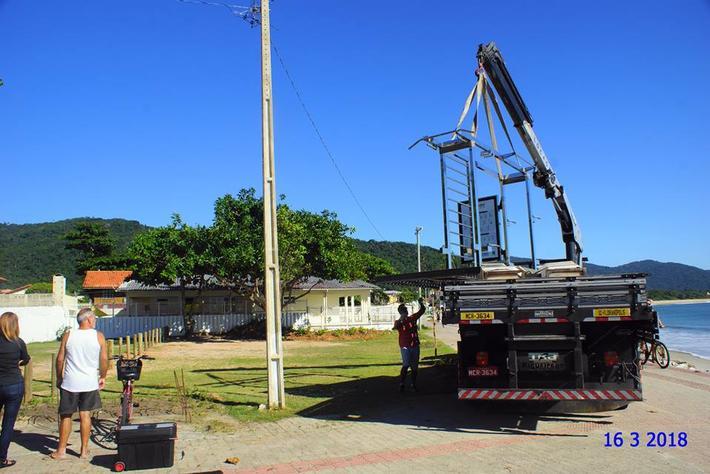Academia de alongamentos sendo instalada no local na sexta-feira.