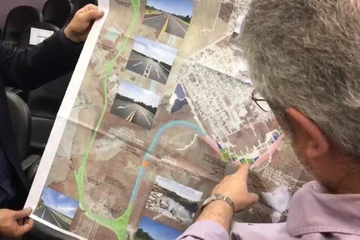 Secretário Paulo França mostra detalhes do projeto do novo acesso (Foto: Mateus Boaventura/CBN Diário)