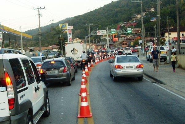 Lombadas da SC-405 geram mais trânsito no Rio Tavares