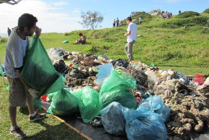 Voluntários recolhem 1 tonelada de lixo em mutirão de limpeza