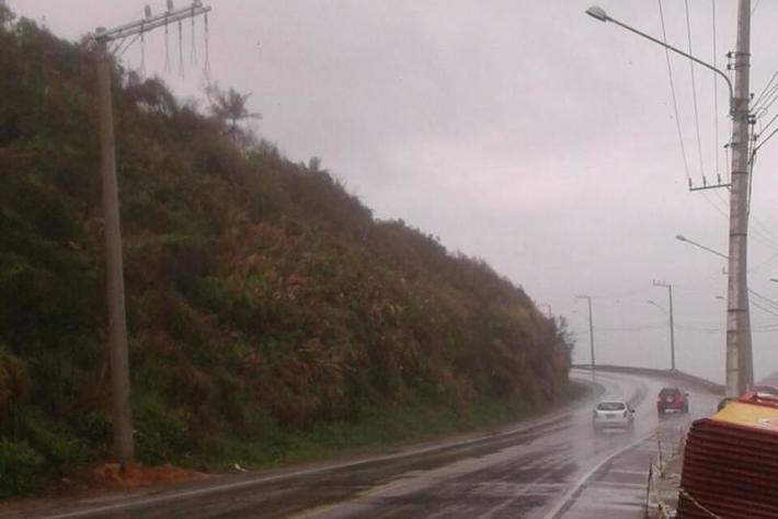 Celesc instala novos postes na rodovia SC-406, no Caldeirão